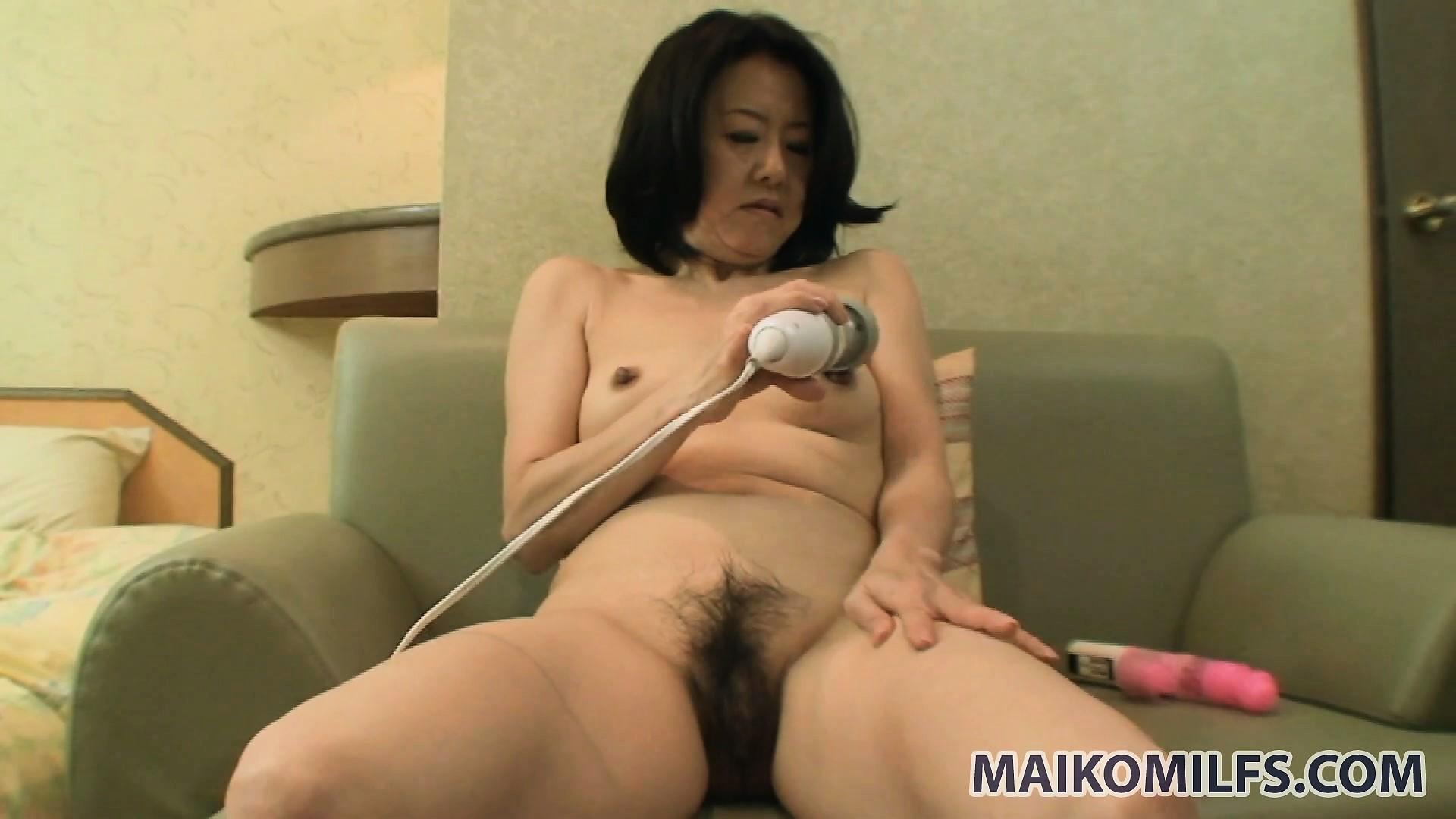 Рыжая азиатка мастурбирует 23 фотография