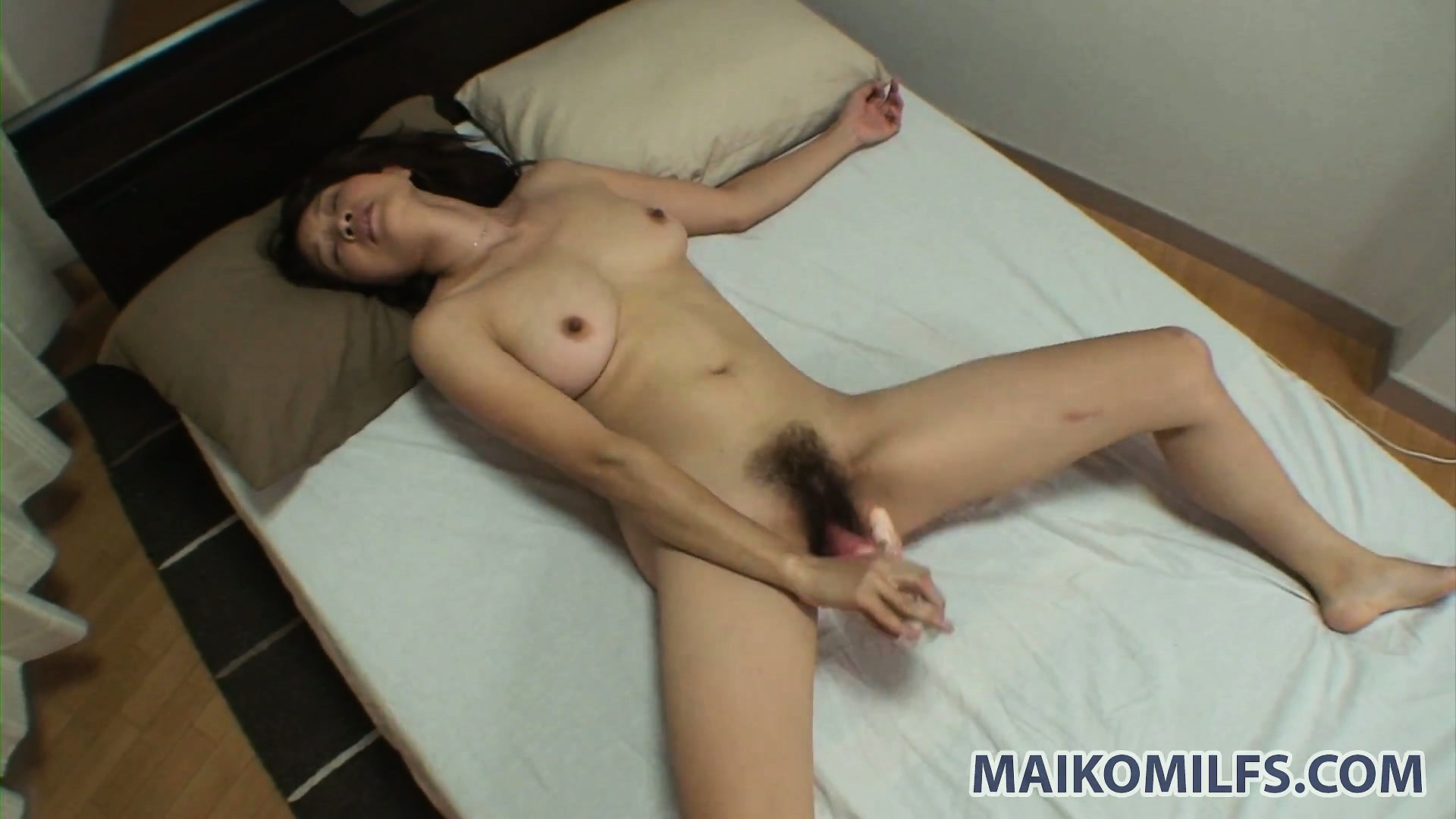zrelaya-yaponka-masturbiruet